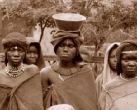 Jonge Xhosa vrouwen dragen vaak een ketting waar ook gedroogde Agapanthus wortel aanhangt